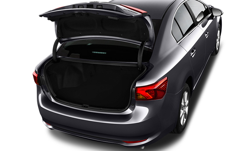 toyota avensis boot space